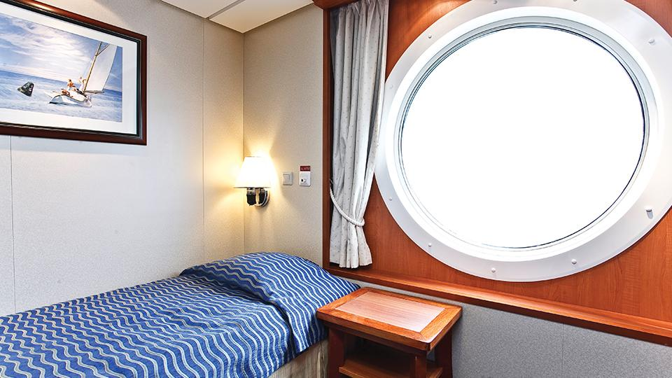 3-Star Cabin with queen-size Bed and Oceanview. Foto: Color Line